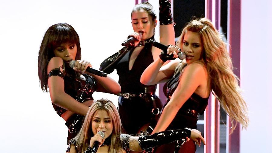 """18.jan.2017 - Fifth Harmony capricha na coreografia de """"Work From Home"""" na primeira apresentação oficial sem Camila Cabello. As meninas cantaram seu maior sucesso no palco do People""""s Choice Awards, sendo premiadas em seguida como o grupo favorito do público que votou - Kevin Winter/Getty Images/AFP"""
