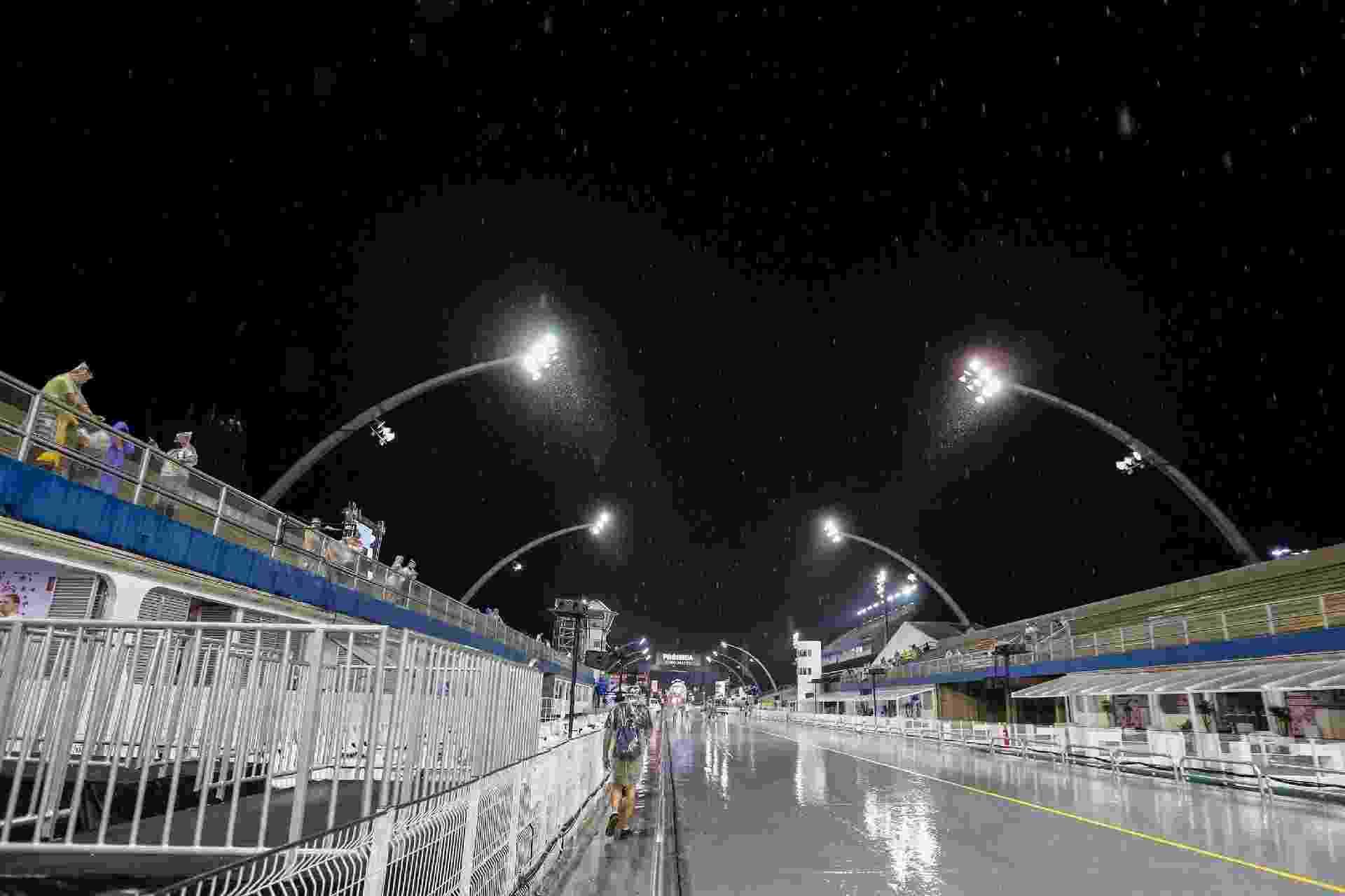 24.fev.2017 - Sambódromo no Anhembi é atingido por forte chuva horas antes do início do primeiro dia dos desfiles das escolas do Grupo Especial. A Tom Maior abre os desfiles às 23h15 - Suamy Beydoun/Agif/Estadão Conteúdo