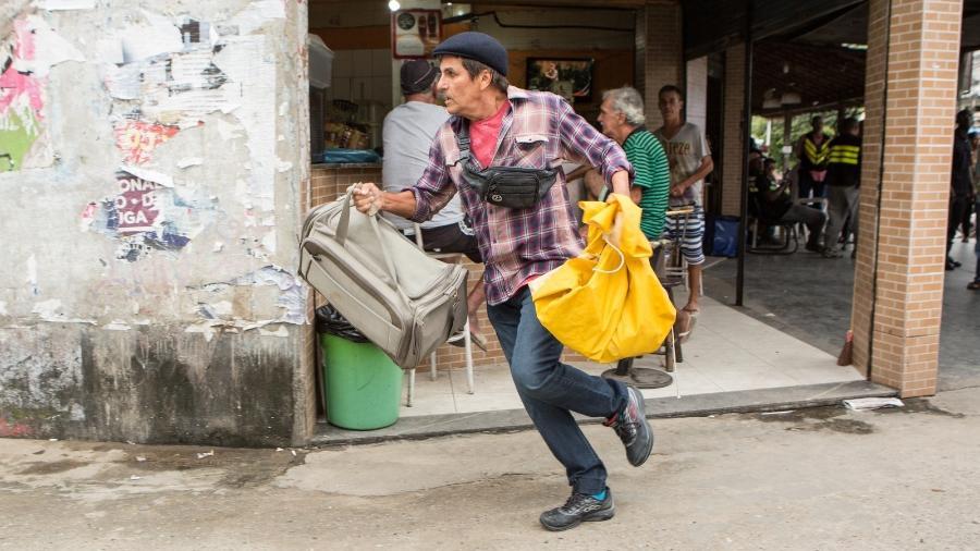 """Almir (Evandro Mesquita) foge ao ver o filho em """"Rock Story"""" - Reprodução/GShow"""