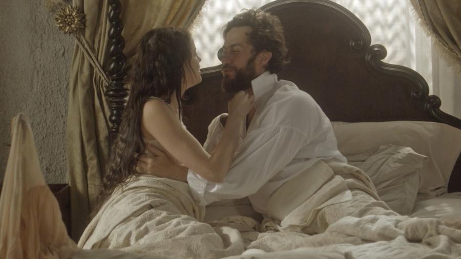 """Domitila (Agatha Moreira) e Thomas (Gabriel Braga Nunes) passam a noite juntos em """"Novo Mundo"""" - Reprodução/GShow"""