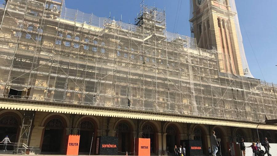 Palavras que ganharam as ruas do Brasil passaram a ocupar tapumes da obra de reconstrução do museu - Reprodução/Facebook