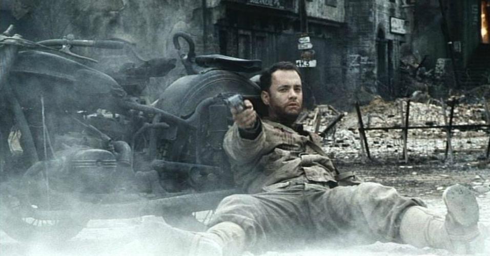 """Tom Hanks em cena no filme """"O Resgate do Soldado Ryan"""" (1998)"""