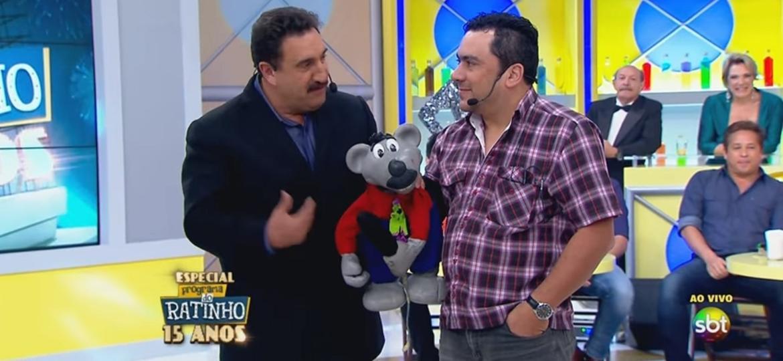 Ratinho apresenta Eduardo Mascarenhas, manipulador do Xaropinho, pela primeira vez ao público durante especial de 15 anos do programa - Rperodução/SBT.com.br