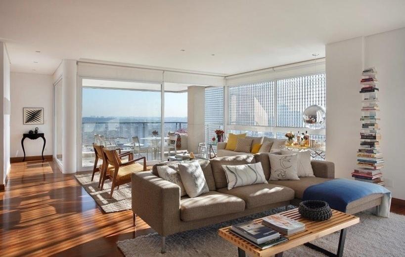 Em vez de um tapete único, as profissionais da RAP Arquitetura aproveitaram a amplitude do apartamento e adotaram dois tapetes iguais, que delimitam a sala de TV e a área de estar