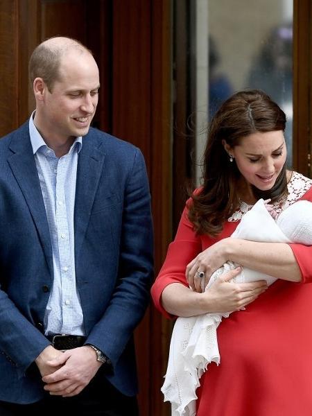Ao lado do príncipe William, Kate Middleton paparica o terceiro filho - Getty Images