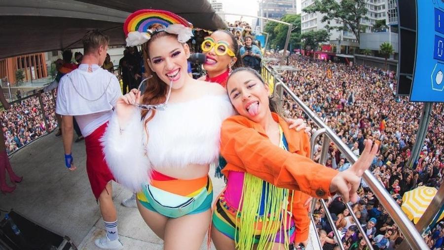 Ana Clara com Anitta e yma amiga na  Parada  LGBTQ - Reprodução/Instagram