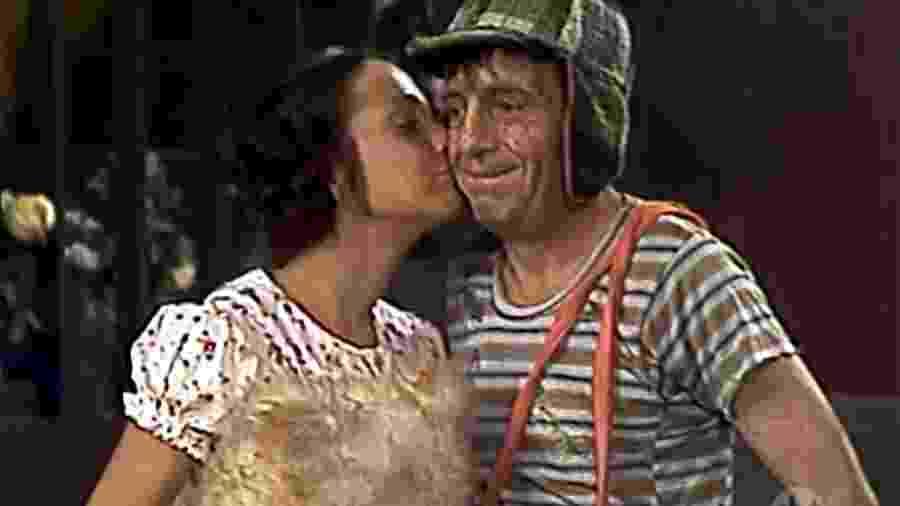 "Paty beija Chaves em cena da série mexicana ""Chaves"" - Reprodução/SBT"