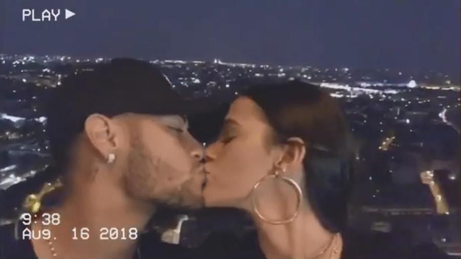Neymar e Bruna Marquezine se beijam durante passeio romântico na Torre Eiffel, em Paris - Reprodução/Instagram/brumarquezine