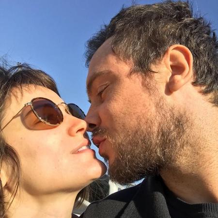 Sergio Guizé e Bianca Bin aparecem aos beijos em foto publicada pelo ator - Reprodução/Instagram