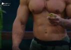 Leo Stronda joga sapo em peoas e é xingado por Gabi Prado