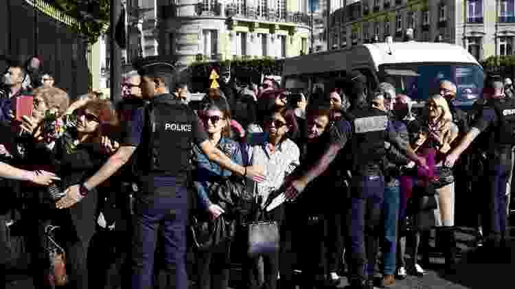 Fãs prestam última homenagem a Charles Aznavour em Paris, durante funeral do cantor - PHILIPPE LOPEZ/AFP - PHILIPPE LOPEZ/AFP