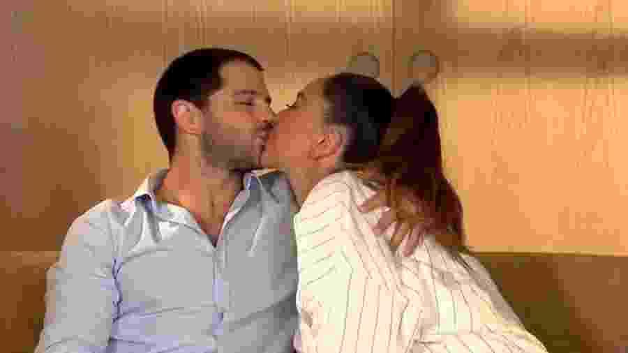 """No """"Programa da Sabrina"""", a apresentadora e Duda Nagle se beijam após revelar nome da filha: Zoe - Reprodução/RecordTV"""