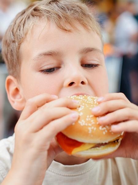 Fazer bons hábitos alimentares durante infância e adolescência pode ajudar a preparar uma alimentação saudável para toda a vida - iStock