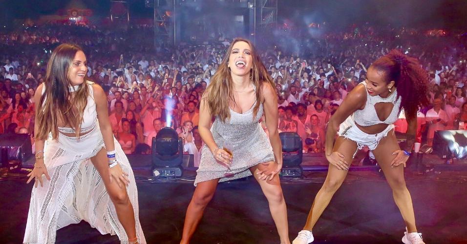 Anitta se diverte durante apresentação em festival em Jericoacoara, no Ceará