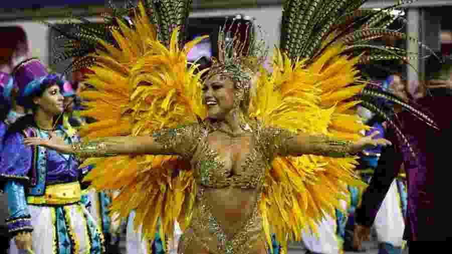 Ellen Roche durante o desfile da Rosas de Ouro - Simon Plestenjak/UOL