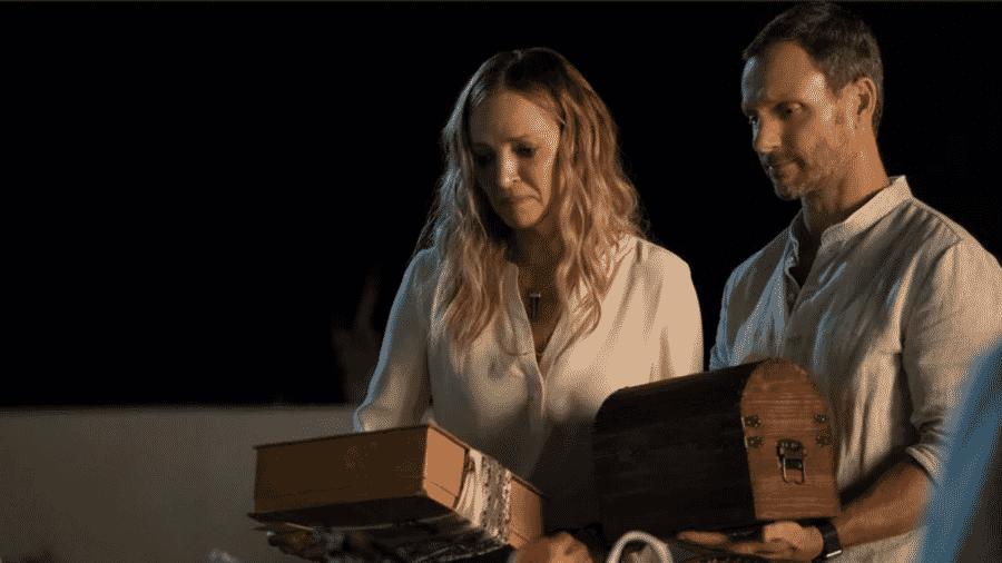 """Uma Thurman e Tony Goldwyn em cena de """"Chambers"""" - Reprodução/EW"""