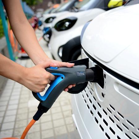 Carro elétrico sendo carregado - Stringer/Reuters