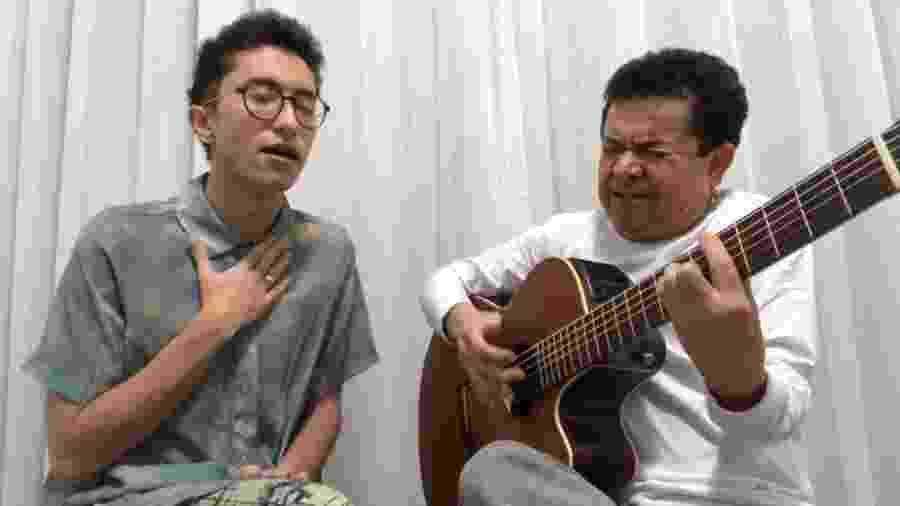 Gabeu canta O Menino da Porteira com o pai, Solimões - Reprodução/YouTube