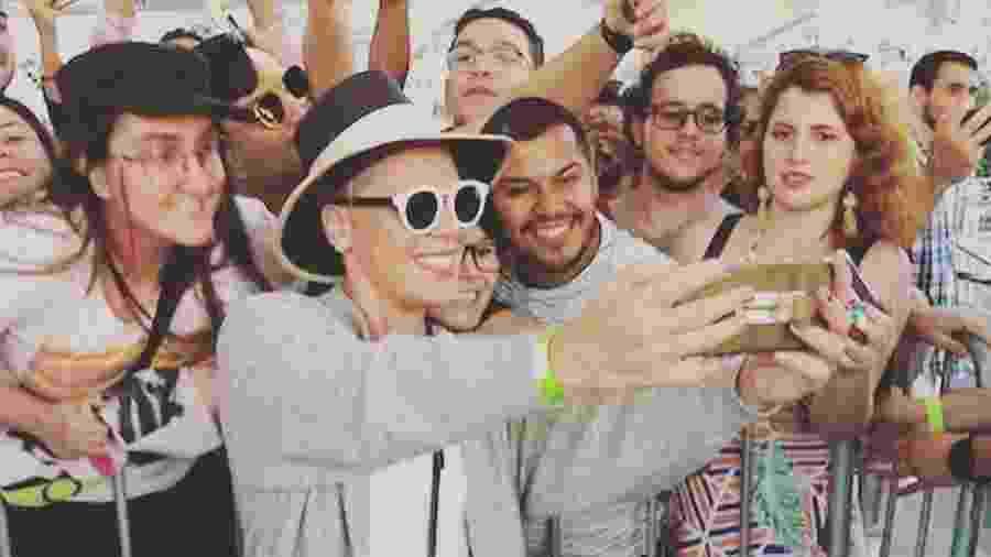 Pink na porta de hotel no Rio com fãs - Reprodução/Instagram
