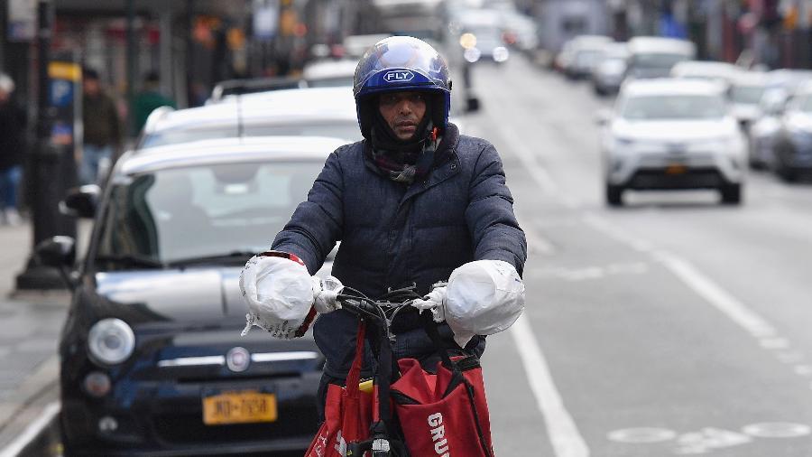 Entregadores de comida enfrentam o risco do coronavírus em NY - ANGELA WEISS/AFP