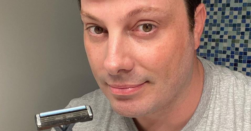 Danilo Gentili de barba feita, para evitar contaminação pelo coronavírus