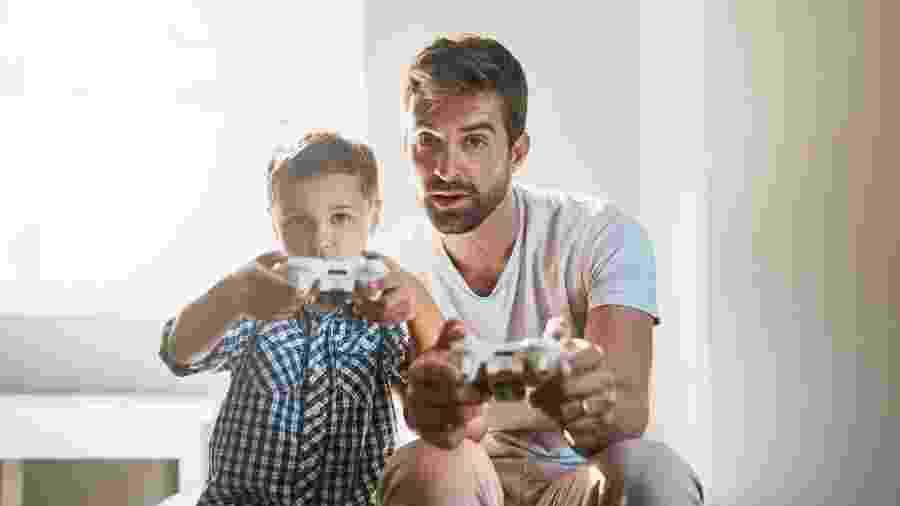 Seja jogando online com a galera ou em dupla no sofá de casa, os games podem ajudar durante a quarentena - PeopleImages/Getty Images