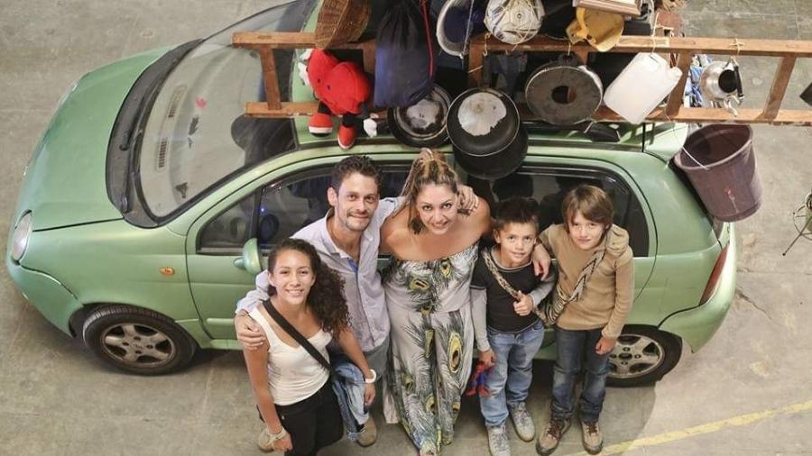 """Ninibe, Leo e os filhos ao lado do carro, um Chery QQ, durante a exposição """"Tradução Provisória"""", em 2016, que reuniu trabalhos de artistas refugiados no Rio  - Arquivo Pessoal"""