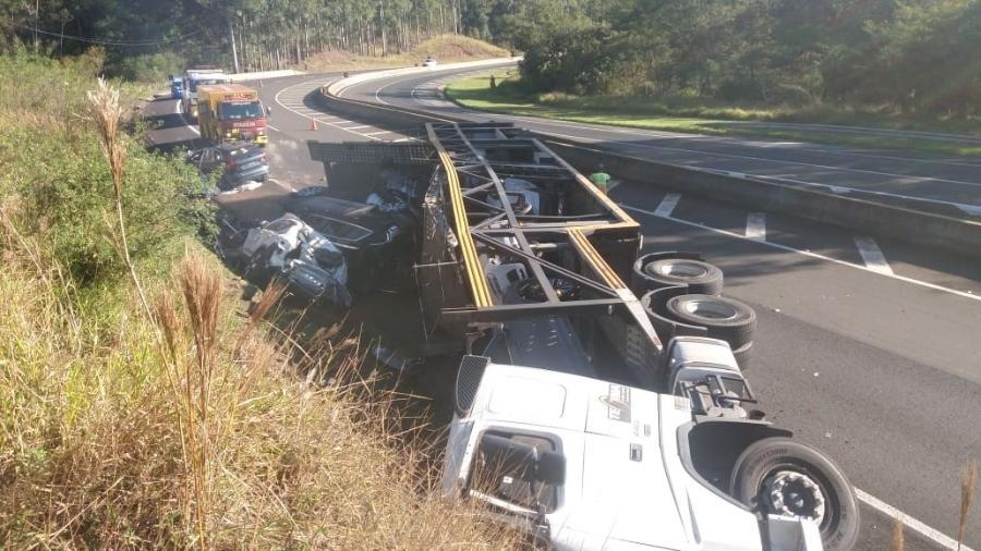 Carreta com oito carros zero da Volvo se dirigia para Florianópolis (SC) quando tombou no Paraná, destruindo os veículos - Divulgação/Polícia Rodoviária Federal
