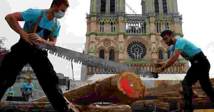 Carvalhos vão garantir as fundações de uma estrutura de cerca de 300 toneladas para sustentar sustentar a futura agulha da catedral de Notre-Dame de Paris - AFP - AFP