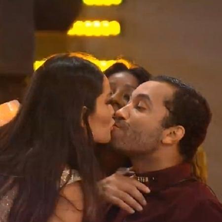 Juliette e Gil dão selinho durante festa: tá difícil para todo mundo - Reprodução/Globoplay