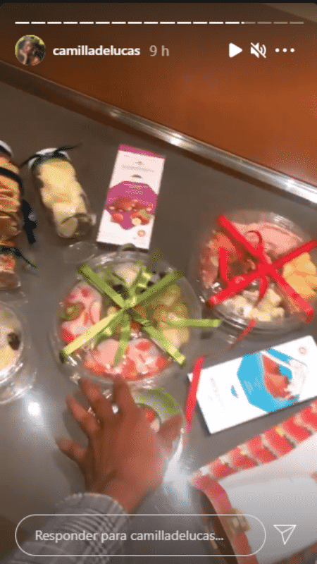 """Camilla de Lucas mostrou seu """"estoque"""" de comida feito com coisas que ela pegou no camarim do ensaio - Reprodução/Instagram - Reprodução/Instagram"""