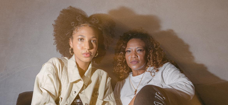 """Empresária dos Racionais MC""""s, Eliane Dias e a filha, Domenica, 21, são sócias na marca de roupas Yebo  - mavo.co/Gustavo Dantas/Divulgação: Authentic Feet"""