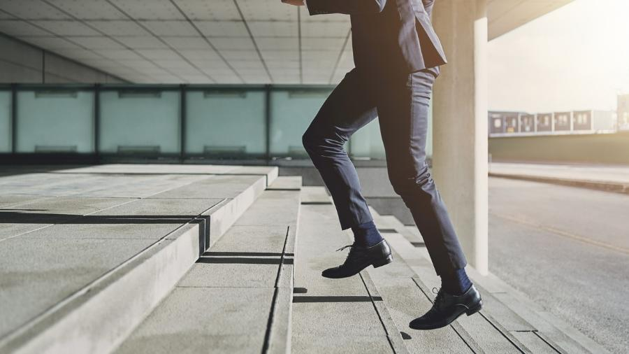 subir escada, degraus, trabalho - iStock