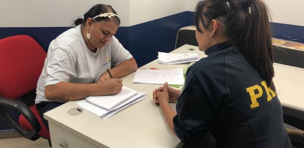 Policiais retribuem carinho ensinando funcionária a ler e a escrever