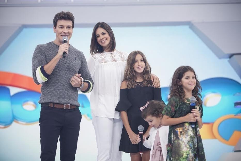"""Rodrigo Faro recebe visita surpresa da mulher Vera Viel e das filhas Clara, Maria e Helena em homenagem do """"Dia dos Pais"""" na """"Hora do Faro"""""""