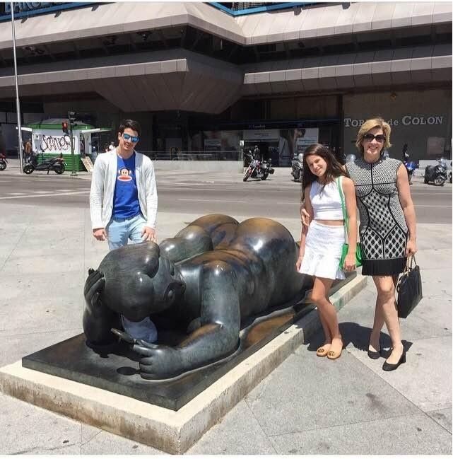 Claudia Raia passeia em Madrid ao lado dos filhos, Enzo e Sophia