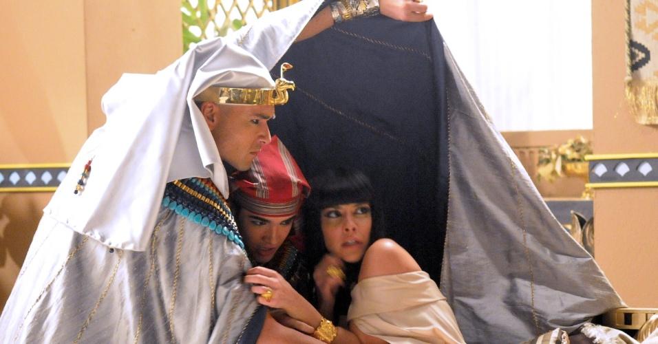 A oitava praga invade o Egito.  Uma nuvem de gafanhotos atinge o palácio Ramsés tenta proteger Nefertari (Camila Rodrigues) e Amenhotep (José Victor Pires)