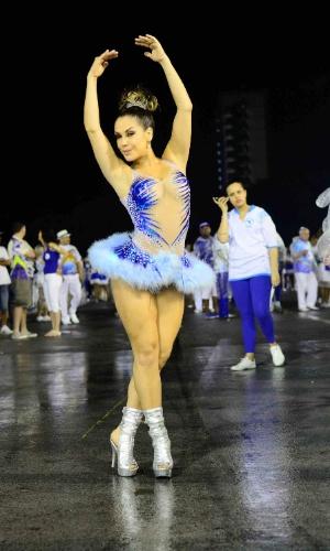 """19.dez.2015 - Participante do programa """"Secreto"""" do Multishow, Gil Jung entrou na avenida de bailarina e imitou os passos de balé clássico no Anhembi, em São Paulo"""