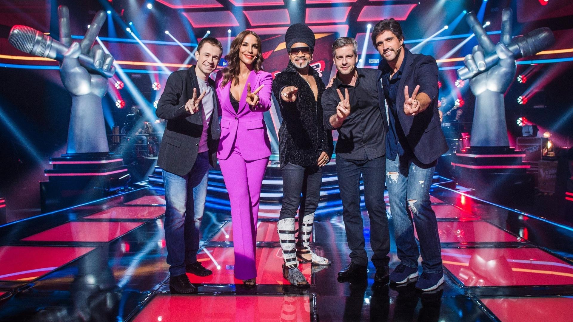 Tiago Leifert, Ivete Sangalo, Carlinhos Brown e a dupla Victor & Leo no cenário do