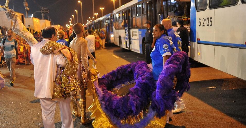 6.fev.2016 - Grupo leva fantasia para desfile da Águia de Ouro em São Paulo