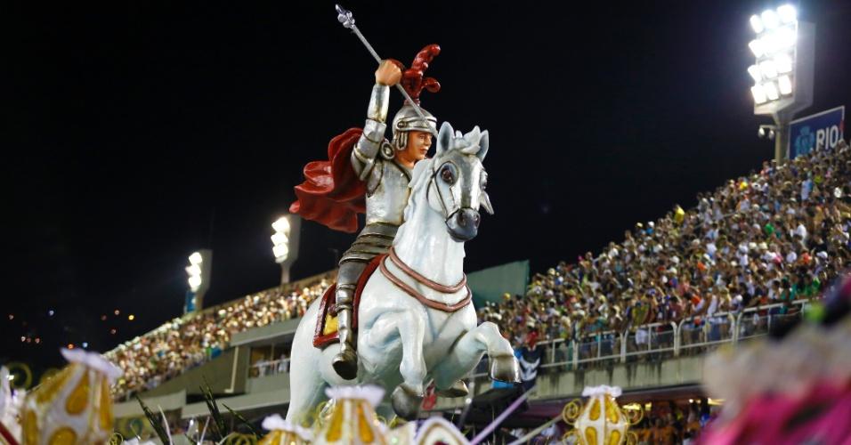 7.fev.2016 - Carro alegórico da Estácio da Sá traz a figura de São Jorge em seu cavalo. A escola traz enredo sobre o santo e sua história