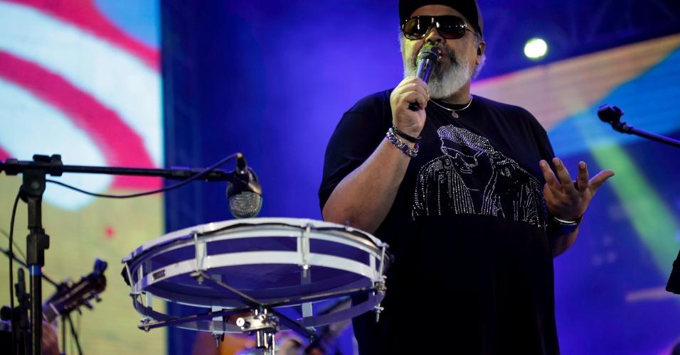 7.fev.2016 - Jorge Aragão leva seu samba ao palco do Marco Zero, no Carnaval do Recife