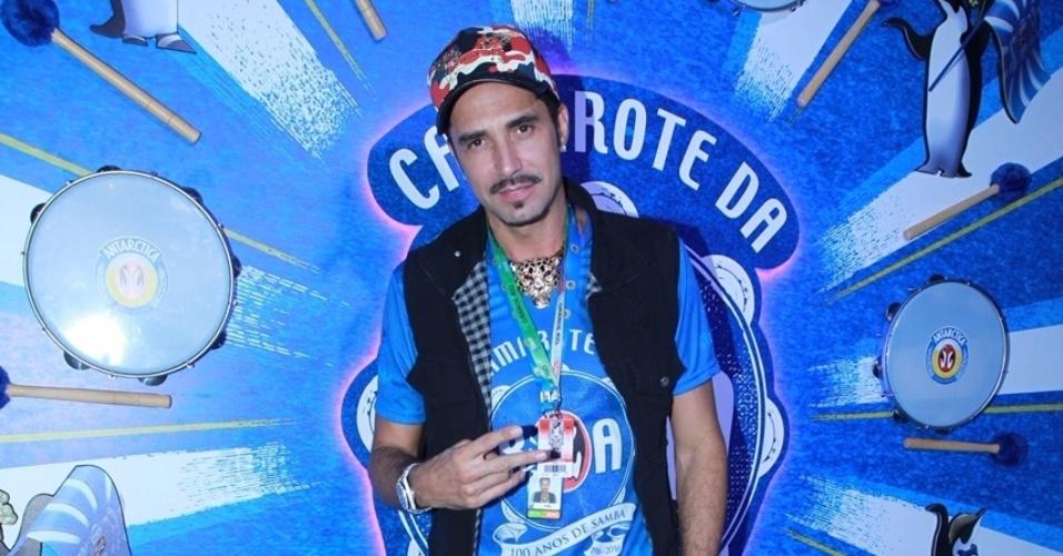 8.fev.2015 - Solteiro no Carnaval, Latino circula por camarote na Marquês de Sapucaí
