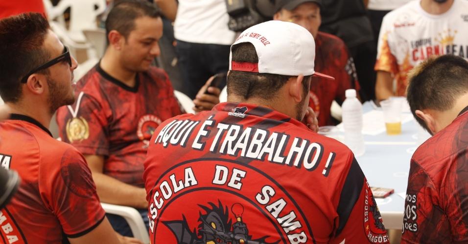 09.fev.2016 - Dirigentes da escola de samba Dragões da Real fazem torcida durante a leitura das notas, no Palácio de Convenções do Anhembi