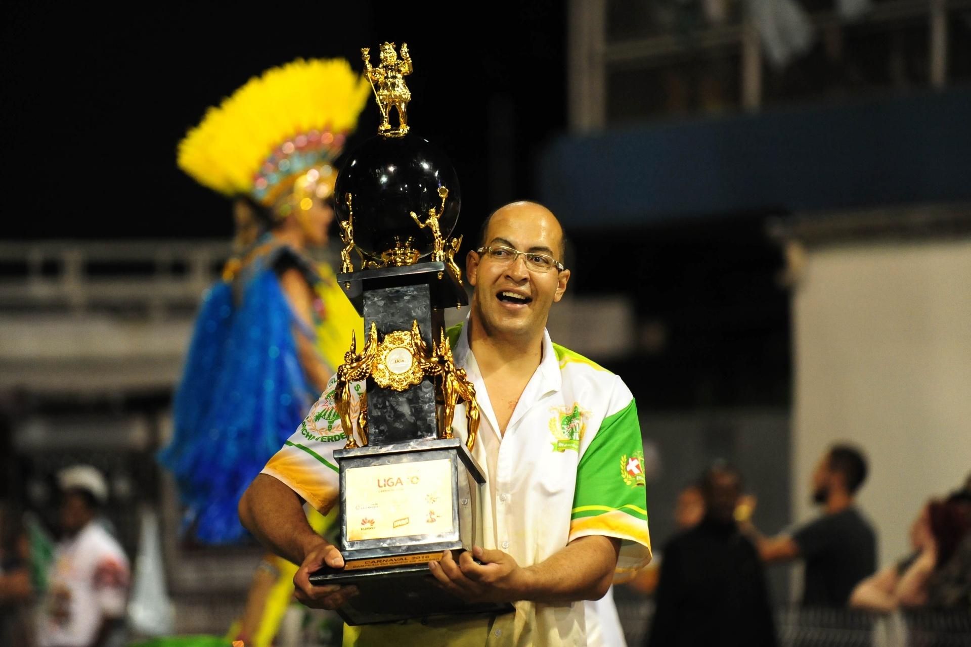 13.fev.2016 - Troféu de campeão do Acesso é levado para o Anhembi durante o desfile da Mancha Verde