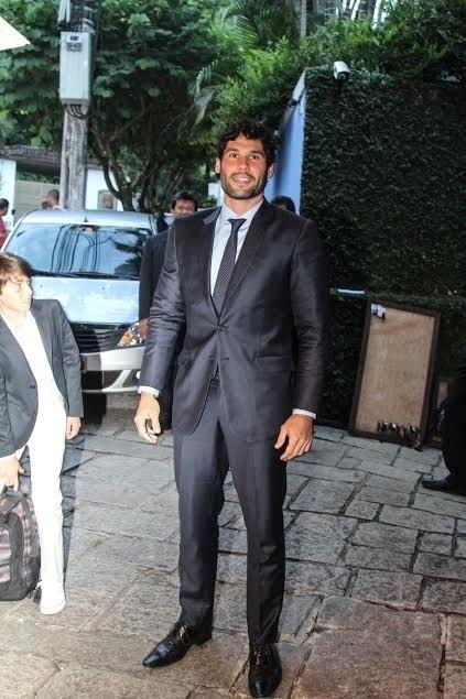 5.mar.2016 - Dudu Azevedo posa para os fotógrafos ao deixar hotel rumo ao seu casamento com Fernanda Mader, sobrinha de Malu Mader, no Rio