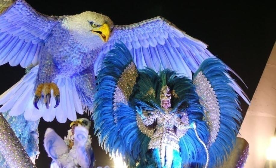 Carlos Reis, no Carnaval de 2014, junto com a tradicional águia da Portela