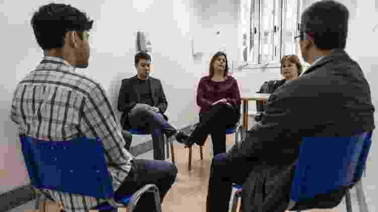 Parte da equipe responsável por atendimentos (de frente, na imagem) e pacientes do grupo de terapia do Hospital das Clinicas da USP - BBC - BBC