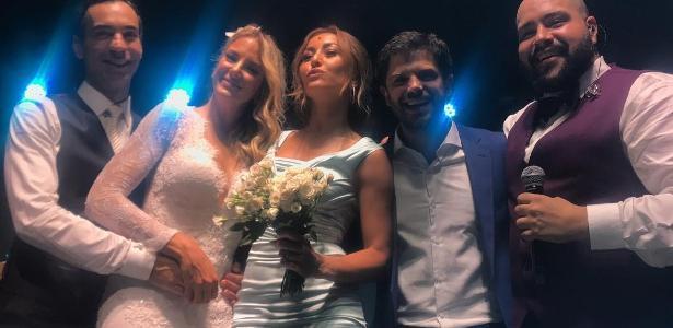 Sabrina Sato pegou o buquê no casamento de Tici e Tralli