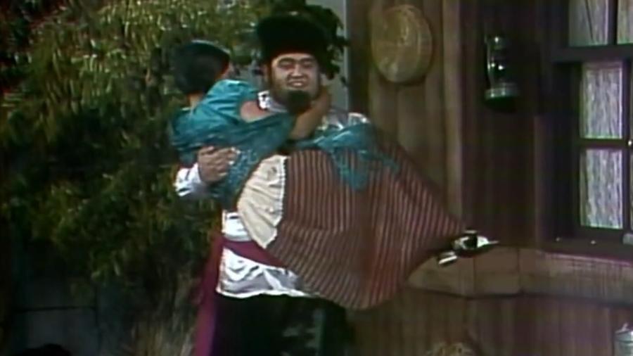 """Edgar Vivar interpreta russo que assedia donzela em """"Chapolin"""" - Reprodução/Multishow"""